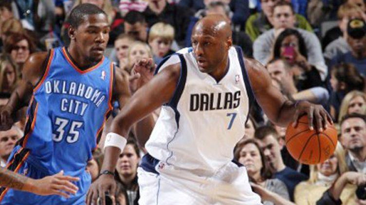 Le joueur des Mavs Lamar Odom au contact de Kevin Durant