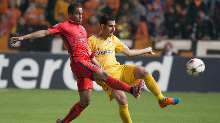 Lucas à la lutte avec un joueur de l'APOEL Nicosie (JACK GUEZ / AFP)