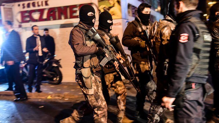 Des membres des forces spéciales turques patrouillent après un double attentat, le 10 décembre 2016 à Istanbul (Turquie). (YASIN AKGUL / AFP)