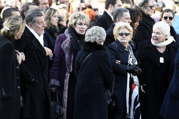 Jean-Claude Camus, ancien producteur de Johnny Hallyday, Françoise Thibaud, la mère de Laeticia, Elyette Boudou, la grand-mère de Laeticia, et Line Renaud, sur le parvis de La Madeleine, à Paris. (MAXPPP)