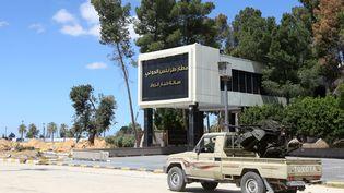 Un véhicule armé des forces gouvernementaes, sur le tarmac de l'aéroport de Tripoli, le 8 avril 2019. (MAHMUD TURKIA / AFP)