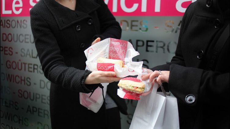 Un magasin de restauration rapide propose des sandwichs a un euro dans le IXe arrondissement de Paris, mars 2009 (CAPMAN / SIPA)