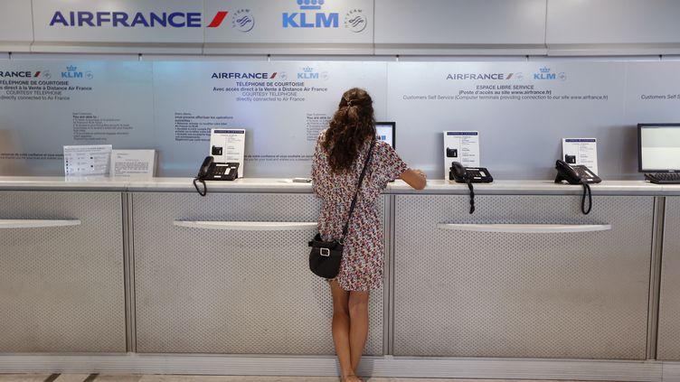 Un passagère d'Air France patiente au guichet de l'aéroport de Nice (Alpes-Maritimes), le 18 septembre 2014. (VALERY HACHE / AFP)
