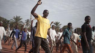Les habitants du PK5, le quartier musulman et poumon économique de la capitale centrafricaine, manifestent devant le siège de la Minusca, la mission de maintien de la paix de l'ONU en République centrafricaine, à Bangui. Là, ils ont déposé 17 cadavres des victimes des affrontements, selon l'AFP. La veille, des affrontements ont eu lieu entre une patrouille composée de Casques bleus et de soldats centrafricains, et des milices d'«auto-défense» auto-proclamées dans ce quartier. Un Casque bleu a été tué, huit autres blessés, et une centaine de personnes ont été blessées durant ces échanges de tirs. (FLORENT VERGNES / AFP)