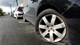 Dans le quartier de Caudéran, au moins 200 voitures ont eu deux pneus crevés rue de la cage verte, Bordeaux (Gironde), le 1er mai 2017. (MAXPPP)
