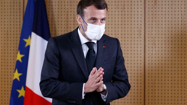 Emmanuel Macron s'exprime depuis un hôpital de Reims (Marne), le 14 avril 2021. (CHRISTIAN HARTMANN / POOL / AFP)