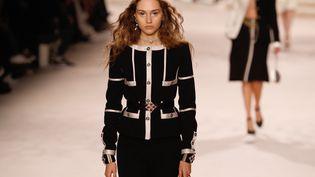 """Une tenue du défilé Chanel """"Métiers d'art 2019-2020"""" de décembre 2019, annulé en Chine. (FRANCOIS GUILLOT / AFP)"""