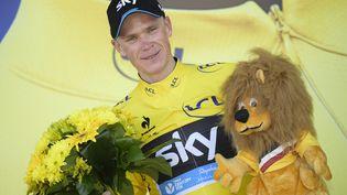 Le coureur Chris Froome sur le podium après sa victoire écrasante sur la dixième étape du Tour de France, le 14 juillet 2015. (YORICK JANSENS / BELGA MAG)