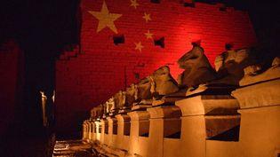 Le temple de Karnak, dans la ville antique de Louxor, en Haute-Egypte, est illuminé aux couleurs du drapeau chinois, le 1ermars 2020, en signe de solidarité avec le peuple chinois, lors de la première phase de l'épidémie de Covid-19. (AFP)