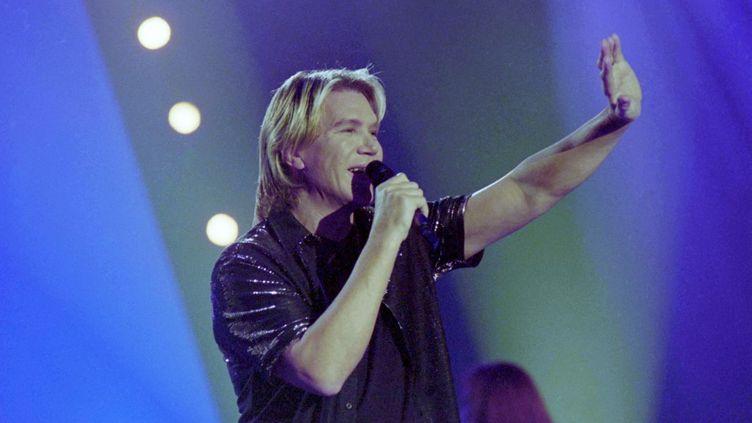 Le chanteur Patrick Juvet en décembre 2000 sur le plateau d'une émission de télévision. (LECOEUVRE PHOTOTHEQUE / COLLECTION CHRISTOPHEL VIA AFP)