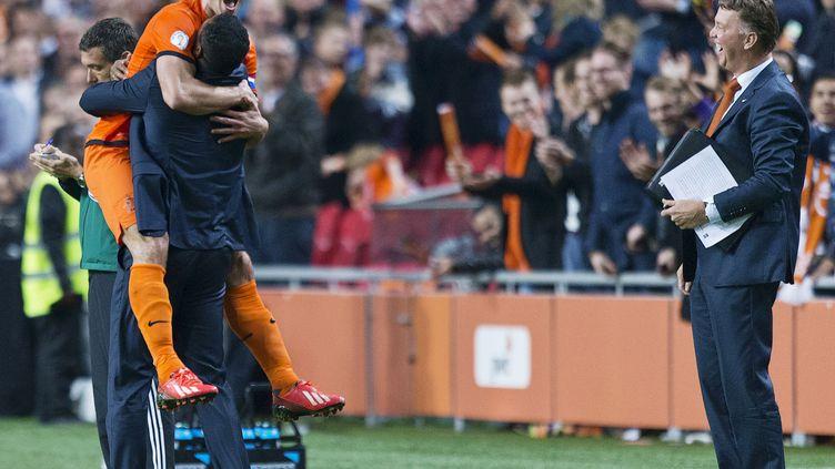 Le joueur hollandais Robin Van Persie fête la qualification de son équipe au Mondial, le 11 octobre 2013 à Amsterdam. (MICHAEL KOOREN / REUTERS)