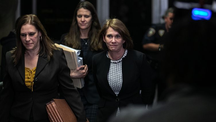 La psychiatre médico-légale Barbara Ziv, accompagnée des procureures Joan Illuzzi-Orbon et Meghan Hast, quitte la Cour suprême de New York (Etats-Unis), le 24 janvier 2020.  (JEENAH MOON / GETTY IMAGES NORTH AMERICA / AFP)