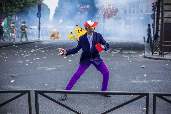 """Détournement façon """"Pokemon"""" d'une photo du photoreporter Laurent Troudé, pour """"Libération"""",prise samedi 19 juillet 2014, à Paris. (REDDIT / FRANCETV INFO)"""