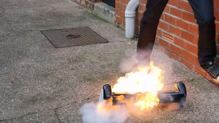 Un hoverboard en flammes dans une vidéo publiée, le 13 janvier 2016. (YOUTUBE)