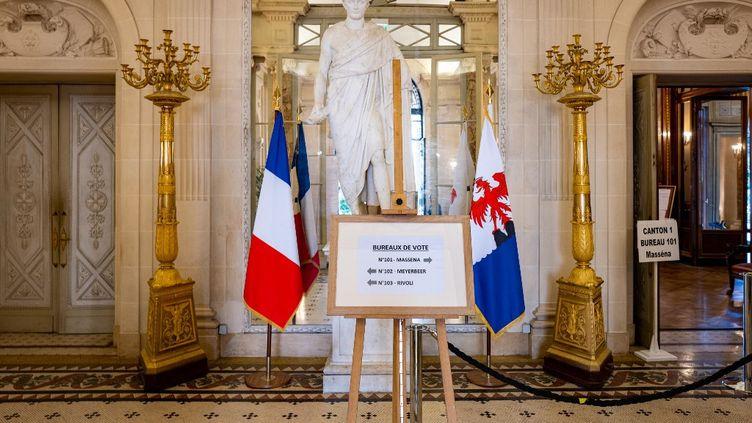 Malgré la polémique sur le maintien du premier tour des élections municipales pendant le stade 3 de l'épidémie de coronavirus, les bureaux de vote du prestigieux Musée Massena à Nice, ont accueillidesélecteurs. (ARI? BOTBOL / HANS LUCAS / AFP)