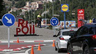 Un barrage policier à l'entrée de Ripoll (Espagne), le 20 août 2017. (PAU BARRENA / AFP)