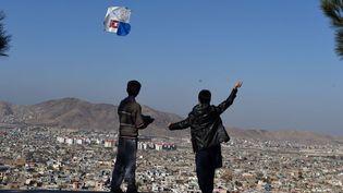 Dans le ciel limpide au-dessus de la capitale afghane, loin de la guerre, loin des attentats, la manifestation ludique a été organisée pour défendre l'environnement. Le cerf-volant a une longue tradition en Afghanistan, mais ce loisir était mal vu par les talibans. Un livre et un film, «Les cerfs-volants de Kaboul», avaient déjà mis en avant cette activité pour raconter l'Afghanistan et ses drames. (WAKIL KOHSAR / AFP (26 novembre 2016))