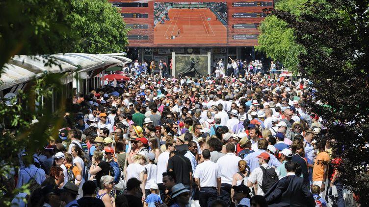 Les spectateurs arrivent à Roland Garros pour assister au tournoi de tennis le 27 mai 2012 (MAXPPP)