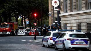 Des policiers et des secours positionnés dans le secteur de la prise d'otages, jeudi 6 août 2020 au Havre (Seine-Maritime). (SAMEER AL-DOUMY / AFP)