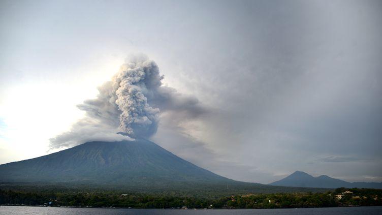 Le volcan Agung, sur l'île de Bali (Indonésie), photographié le 28 novembre 2017. (SONNY TUMBELAKA / AFP)