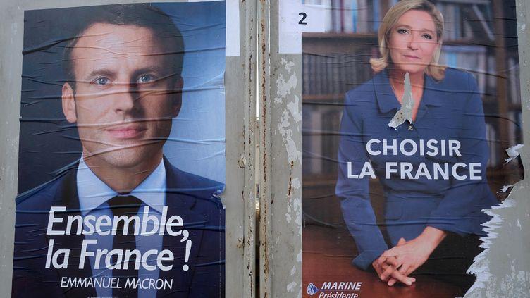 Les affiches officielles d'Emmanuel Macron et de Marine Le Pen, sur les panneaux électoraux de Villefranche-de-Lauragais (Haute-Garonne), le 4 mai 2017. (ERIC CABANIS / AFP)