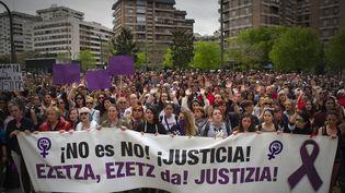 """Manifestation à Pamplune (Espagne), le 27 avril 2018, qui conteste le jugement à l'encontre de cinq hommes pour """"abus sexuel"""" sur une jeune femme de 18 ans.. (EDUARDO SANZ NIETO / CROWDSPARK)"""