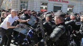 Les forces de l'ordre interviennent pour maintenir les opposants à Marine Le Pen, à Ajaccio (Corse-du-Sud), le 8 avril 2017. (PASCAL POCHARD-CASABIANCA / AFP)