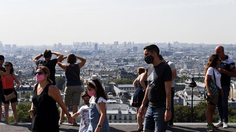Des personnes se baladent à Montmartre à Paris, le 11 août 2020. (ALAIN JOCARD / AFP)
