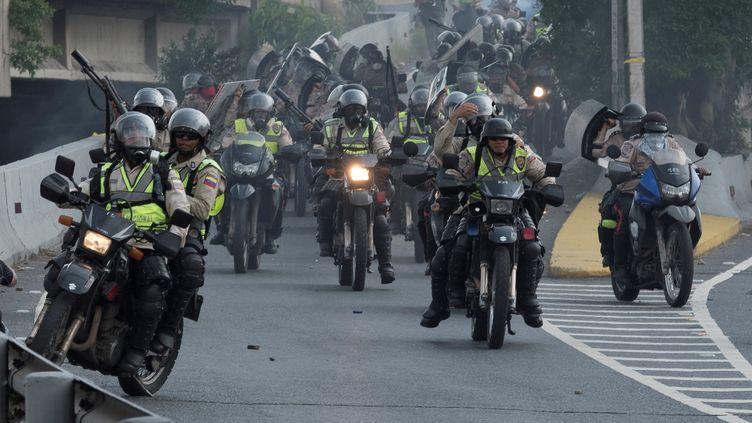 Des policiers vénézuéliens à moto interviennent lors d'une manifestation contre le gouvernement du président Nicolas Maduro à Caracas, en avril 2017. (CARLOS BECERRA / ANADOLU AGENCY)