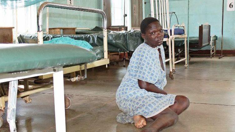 Une patiente attend seule sur le plancher dans un hôpital de Kisumu au Kenya lors d'une grève du personnel médical en décembre 2016. (James KAYEE / AFP)