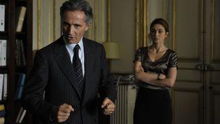 """Julie Gayet (à dr.), aux côtés de Thierry Lhermitte, dans le film """"Quai d'Orsay"""", de Bertrand Tavernier. (ETIENNE GEORGES / PATHE)"""