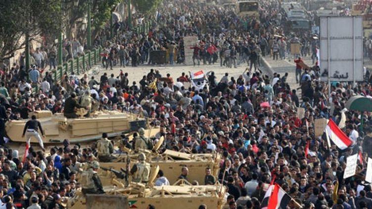 Pro et anti-Moubarak face à face place Tahrir au Caire (2 février 2011) (AFP / Stringer)