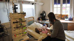 Une mère et sa fille, le 18 novembre 2010 au centre de gastro-entérologie de l'hôpital Necker à Paris. (BORIS HORVAT / AFP)