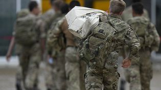 Des soldats britanniques débarquentsur la base aérienne de Brize Norton (Royaume-Uni) à leur retour de Kaboul (Afghanistan), le 28 août 2021. (ALASTAIR GRANT / AFP)