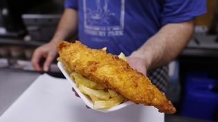 "Le réchauffement des mers pourrait signer l'arrêt de mort du célèbre plat traditionnel britannique ""fish and chips"", associant des filets panés d'aiglefin à des frites, indiquent les chercheurs.  (EDDIE KEOGH / REUTERS)"