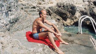 Valéry Giscard d'Estaing lors de vacances à Saint-Jean-Cap-Ferrat (Alpes-Maritimes). Sa stratégie de communication l'a conduit à utiliser son image privée pour gagner le cœur des Français. (RALPH GATTI / AFP)