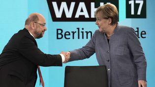 La chancelière allemande Angela Merkel et le président du parti social-démocrate Martin Schulz, peu avant un débat télévisé à Berlin (Allemagne), le 24 septembre 2017. (GERO BRELOER / AFP)