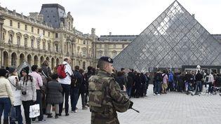 La queue au musée du Louvre, sous la surveillance des militaires, lundi 16 novembre 2015.  (Dominique Faget / AFP)