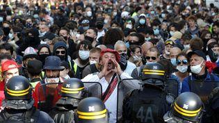 Des manifestants et des policiers à Paris, le 12 septembre 2020. (GEOFFROY VAN DER HASSELT / AFP)