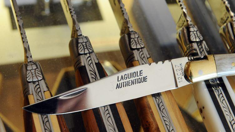 """Un couteau """"Laguiole"""" dans une boutique à Laguiole (Aveyron), le 21 septembre 2012. (REMY GABALDA / AFP)"""