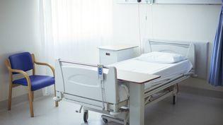 Pour ne pas laisser son fils de 2 ans tout seul dans sa chambre d'hôpital, une femme a été contrainte de dormir sur un drap posé au sol (photo d'illustration). (CAIA IMAGE / SCIENCE PHOTO LIBRA / NEW)