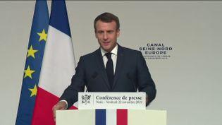 Le président de la République, Emmanuel Macron, lors d'une conférence de presse à Nesle (Somme), le 22 novembre 2019. (FRANCEINFO)
