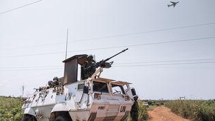 Un véhicule de laMission multidimensionnelle intégrée des Nations unies pour la stabilisation en République centrafricaine, le 25 décembre 2020, aux abords de Bangui, la capitale. (ALEXIS HUGUET / AFP)