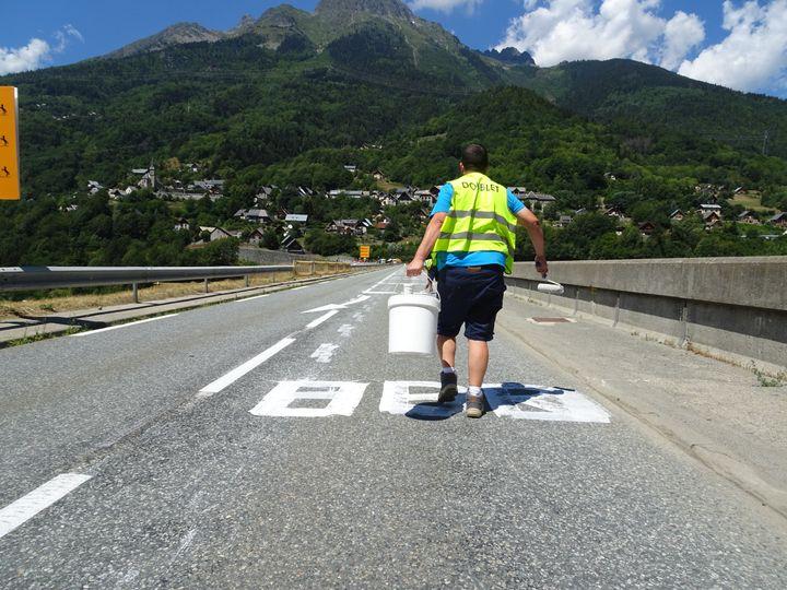 Pierre a maquillé ungraffiti sur le barrage du Verney (Isère) et passe au suivant, jeudi 19 juillet 2018. (FRANCEINFO)