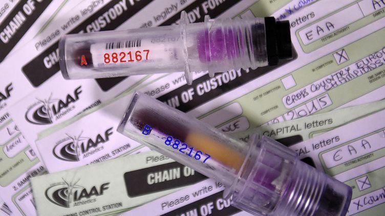 Deux échantillons de sang prélevés pour un contrôle antidopage (FRANCK FIFE / AFP)