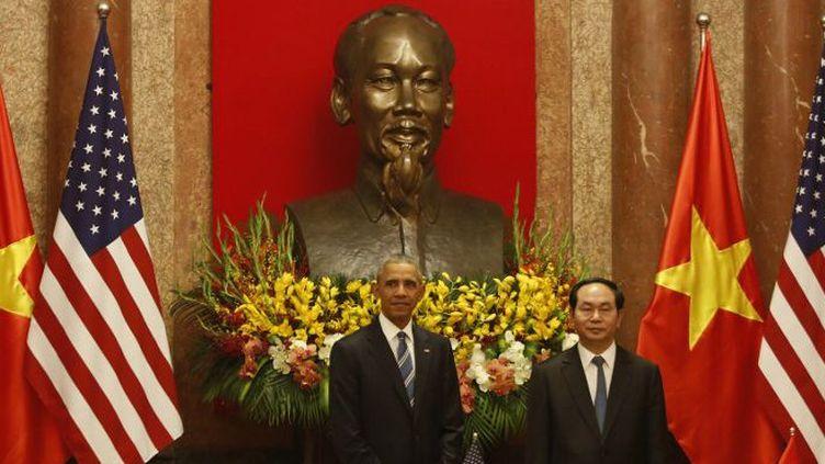 Le président Obama sous le buste de Ho Chi Minh lors de son voyage officiel au Vietnam (23 mai 2016). (KHAM / POOL / AFP)