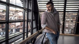 """Christophe Honoré dans l'enceinte de l'opéra de Lyon, préparant sa mise en scène des """"Dialogues de carpmélites"""" dede Poulenc, d'après Bernanos.  (JEFF PACHOUD / AFP)"""
