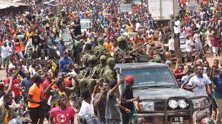 Des Guinéens célèbrent dans les rues l'arrestation du président guinéen, Alpha Condé, lors d'un coup d'Etat à Conakry, le 5 septembre 2021. (CELLOU BINANI / AFP)