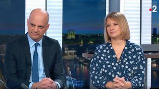 "Le ministre de l'Education nationale Jean-Michel Blanquer et l'infectiologue Karine Lacombe, le 13 mars 2020 sur le plateau du ""20 heures"" de France 2. (FRANCE 2)"