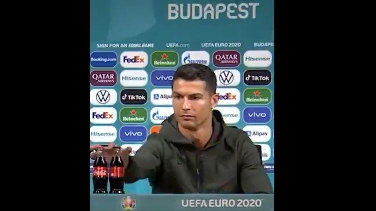 Cristiano Ronaldo retire deux bouteilles de Coca-Cola placées devant lui lors d'une conférence de presse de l'Euro, le 15 juin 2021. (CAPTURE D'ECRAN TWITTER)